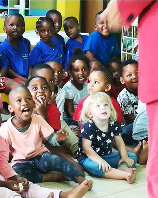 Alberto zaubert vor Kindern in Südafrika