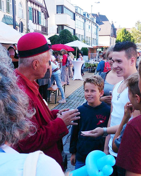 Alberto zaubert auf Straßenfest