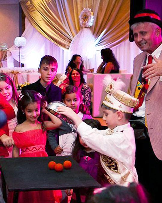 Alberto zaubert bei religiösem Fest für die Kinder