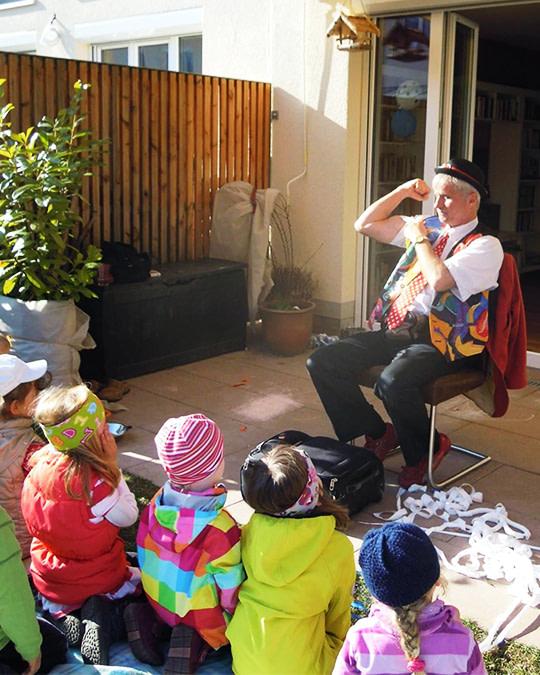 Alberto zaubert Zuhause vor Kindern bei einem Kindergeburtstag