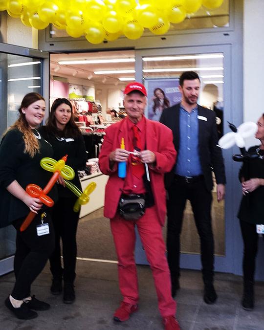 Alberto zaubert bei Neueröffnung von Geschäft